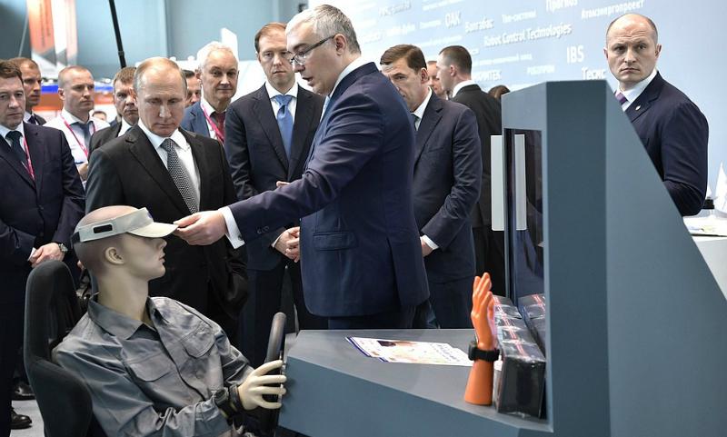Нейрокепка покорила Путина на выставке