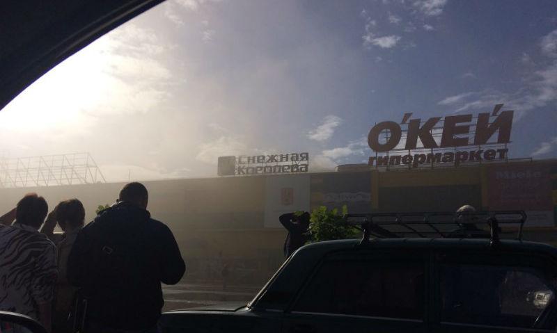 Очевидцы сняли на видео полыхающий торговый центр
