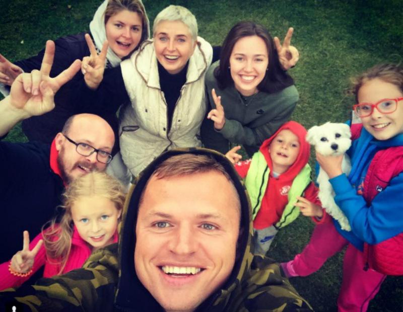 Дмитрий Тарасов привез новую возлюбленную к семье