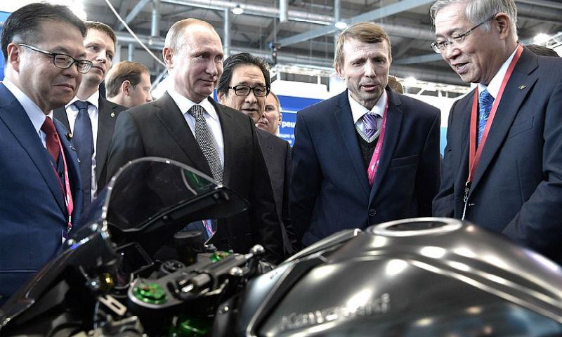 Путин рассказал о своем мотоцикле и получил в подарок конструктор для внуков