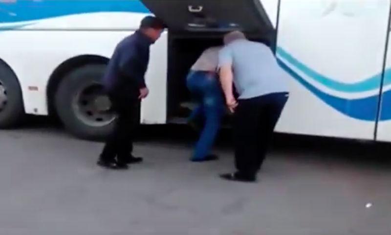 Как в гробу: на Кубани пассажиров автобуса возят в багажном отделении