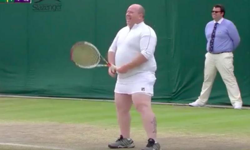 Доставшему теннисистку болельщику пришлось надеть юбку и сыграть против нее
