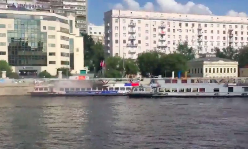 Опубликовано видео пылающего посреди Москвы-реки катера