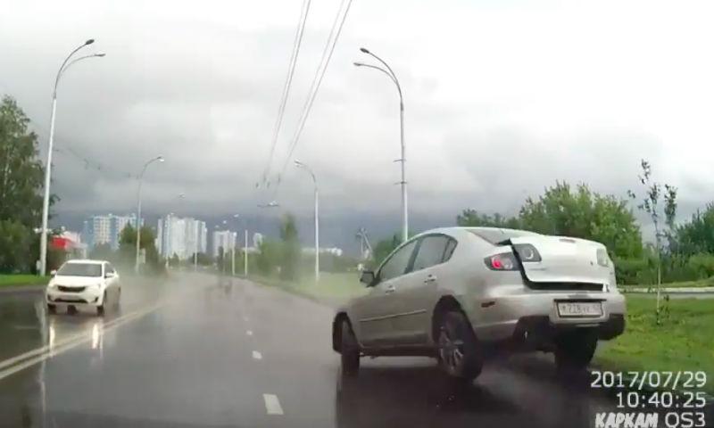 Невероятное везение водителя в Кемерове снял видеорегистратор