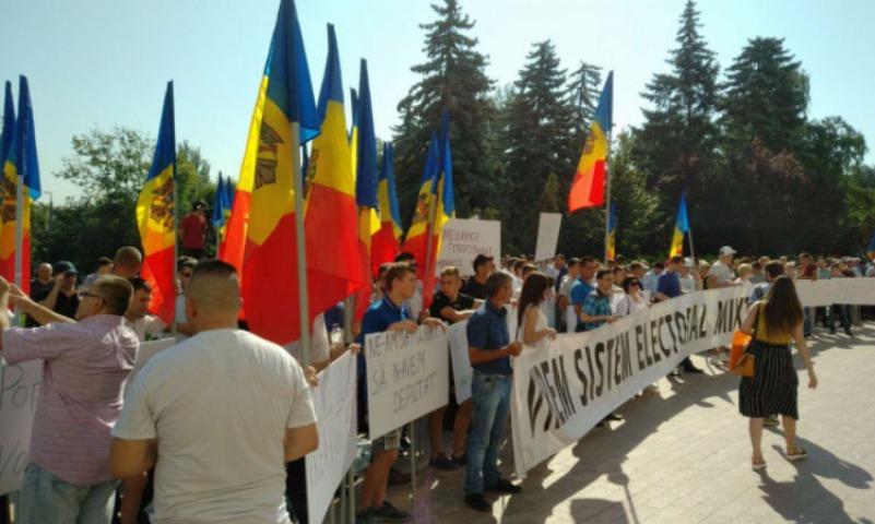Историческое решение на фоне акций протеста принял парламент Молдовы
