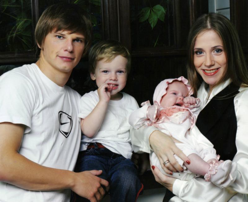Андрей Аршавин и Юлия Барановская с сыном и дочерью