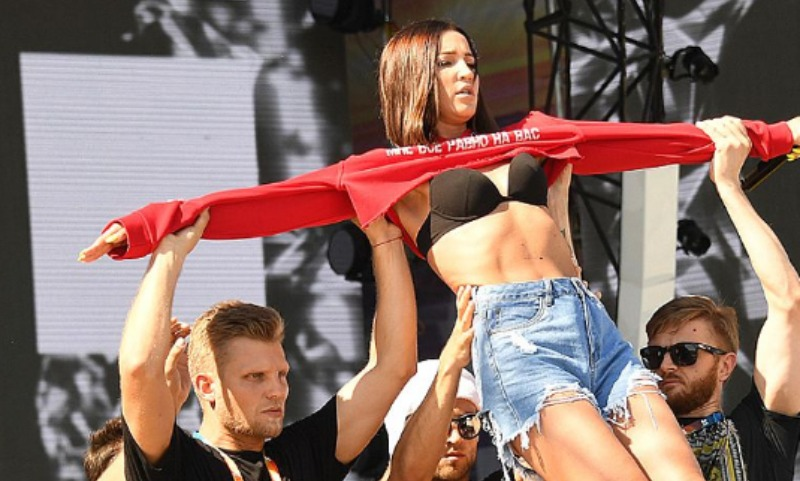 Светлана Лобода впрозрачном одеяние стала звездой фестиваля «Жара»