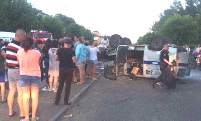 Пьяный водитель взял на таран и перевернул полицейскую машину в Ангарске