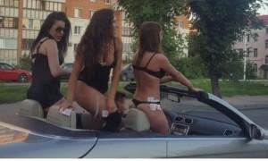 Водителя кабриолета с полуголыми девушками оштрафовали за рекламу борделя