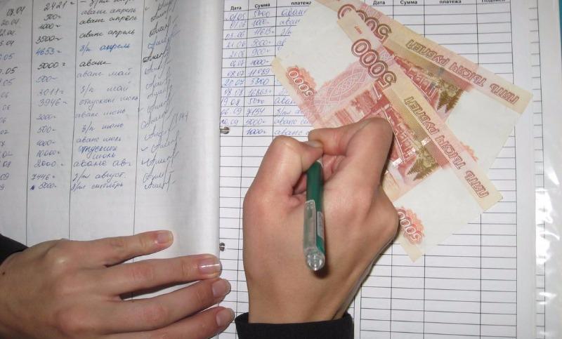 «Зарплаты поднимать нельзя»: эксперт объяснил, стоит ли россиянам рассчитывать на повышение жалованья