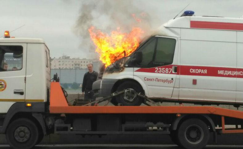 Самая невезучая скорая Санкт-Петербурга: сначала врезалась в дерево, потом загорелась на эвакуаторе