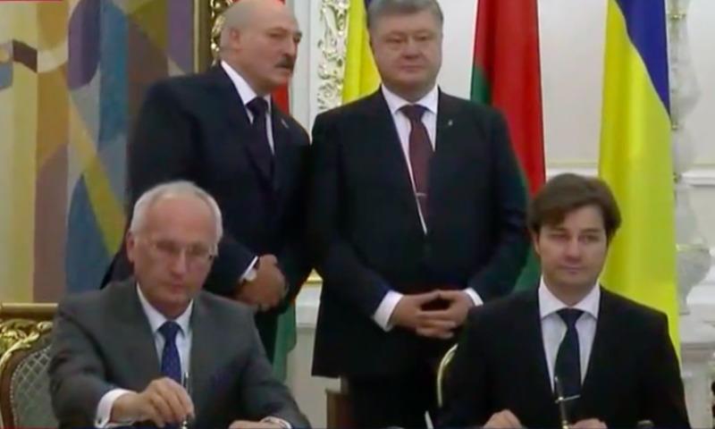 Лукашенко развлекли в Киеве активисткой Femen топлес и напугали обмороком чиновника
