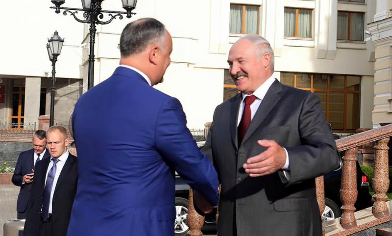 Лукашенко на встрече с Додоном признался в давней любви к Молдове