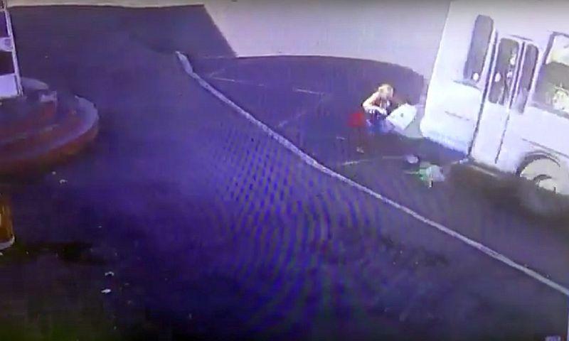 ЧП с зажатой дверями автобуса ногой девочки в Норильске попало на видео