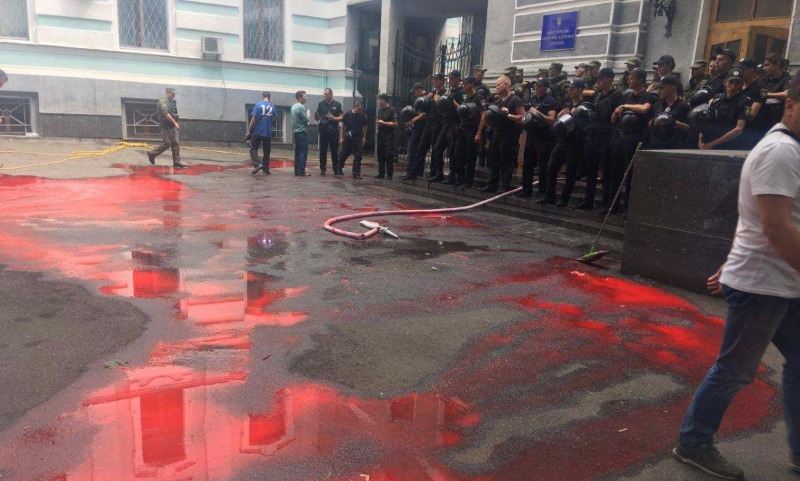 Протестующие в Киеве залили здание Минздрава кровью