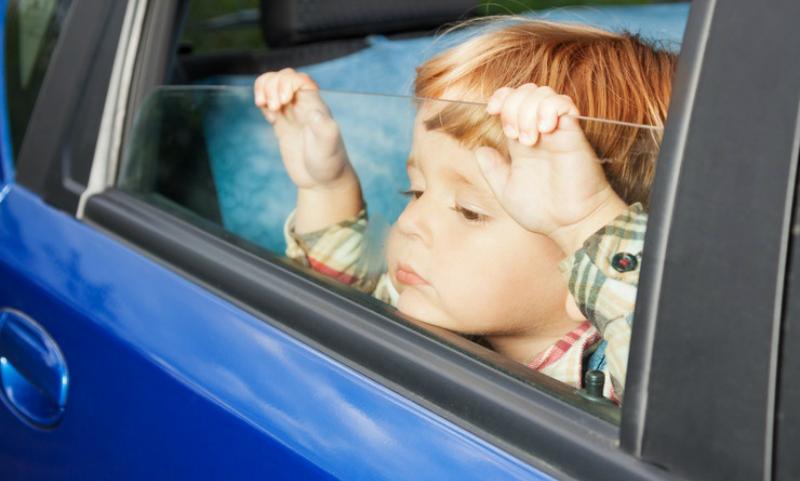 Российским родителям запретили оставлять детей одних в автомобилях