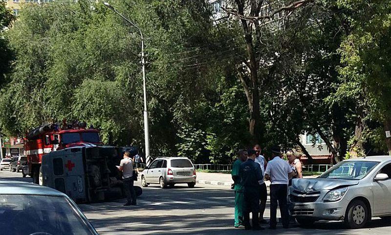 Дама за рулем Chevrolet отказалась пропустить скорую помощь в Саратове