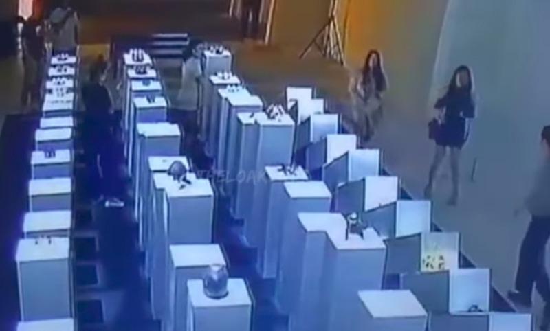 В погоне за удачным селфи посетительница музея разбила несколько ценных экспонатов