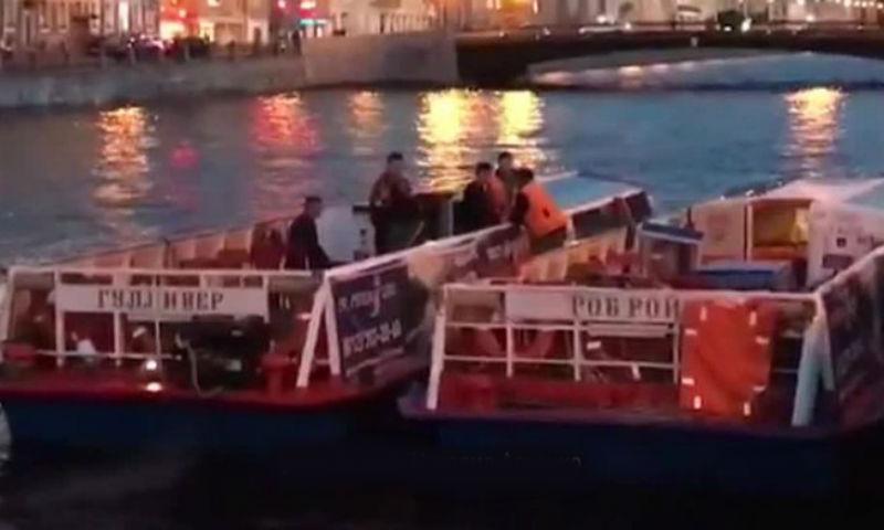 Беременная невеста пострадала при столкновении свадебного теплохода с мостом в Питере