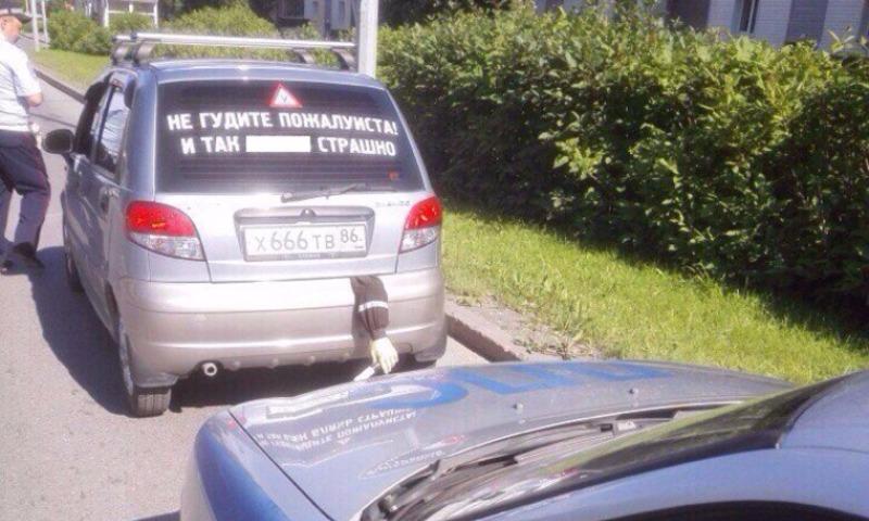 Шутка водителя с торчащей из багажника рукой гаишника с жезлом возмутила ДПС
