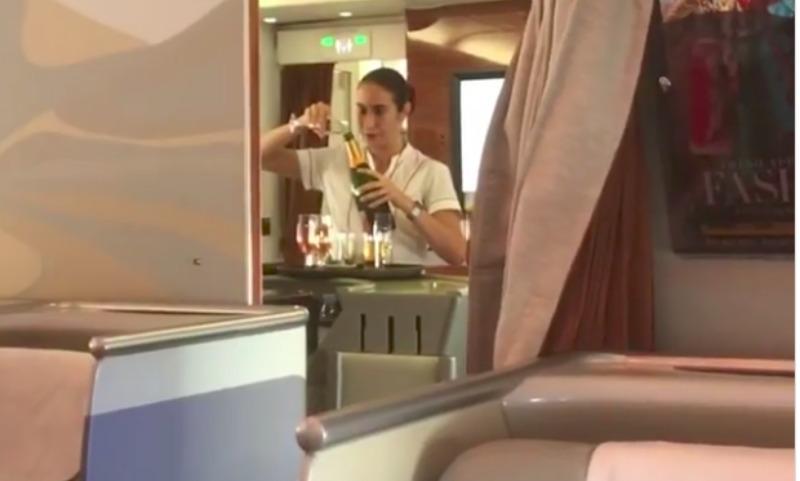 Пассажир самолета выложил видео со стюардессой, сливающей недопитое шампанское в бутылку