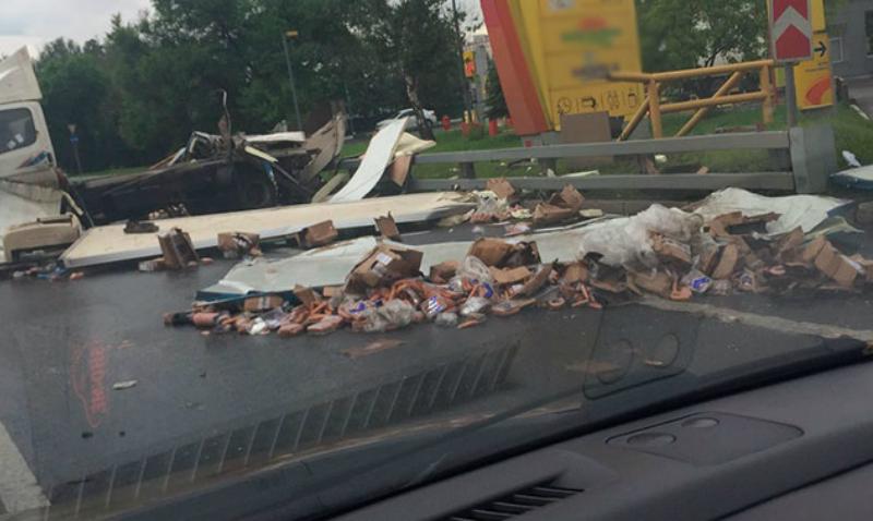 МКАД засыпало колбасой и сосисками из-за аварии с фурой
