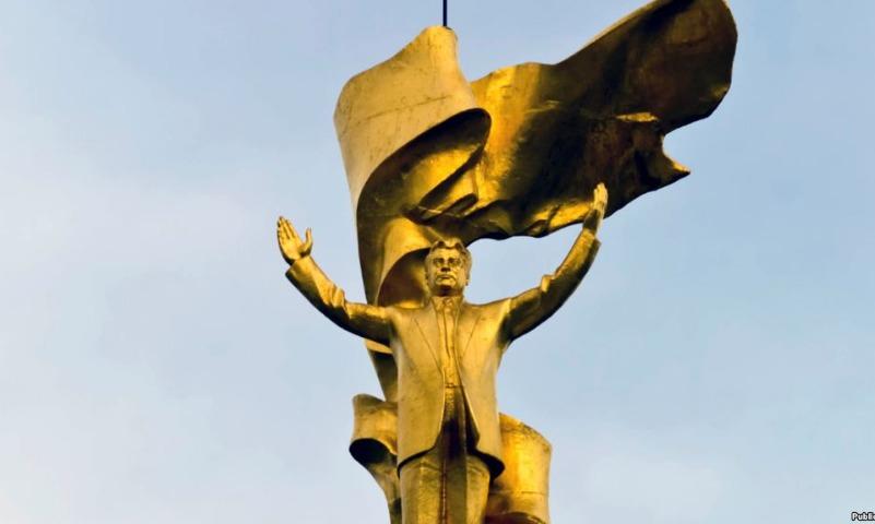 В Туркмении тайно снесли золотой памятник экс-президенту
