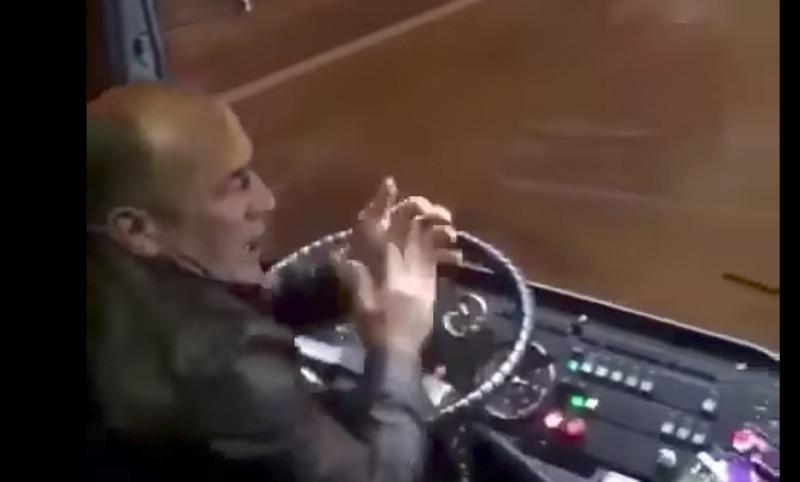Водитель автобуса за рулем станцевал лезгинку и был уволен