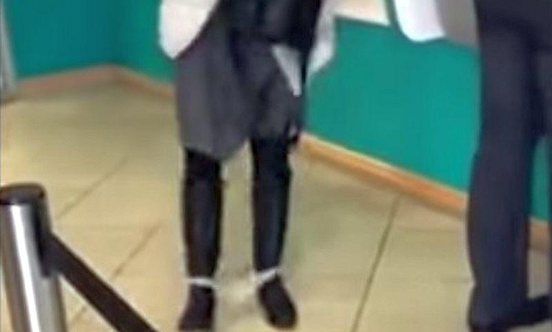 Женщина потеряла трусики у банкомата