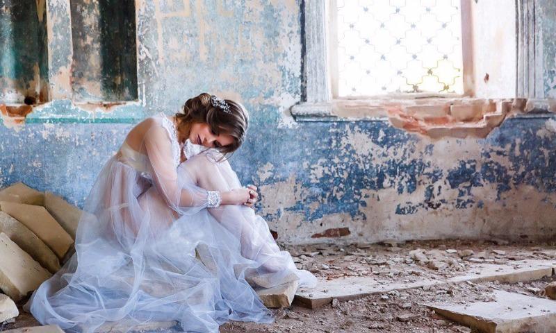 Вокруг фотосессии девушки в прозрачном платье и нижнем белье в храме разразился скандал