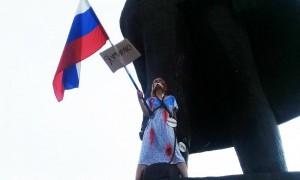 «Я умираю»: девушка устроила акцию протеста на памятнике Ленина в Новосибирске