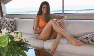 Сексуальную девушку Тимати упрекнули за слишком большие ноги