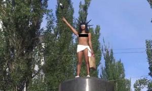 Голая активистка Femen разбросала конфеты с памятника Ленину в Киеве