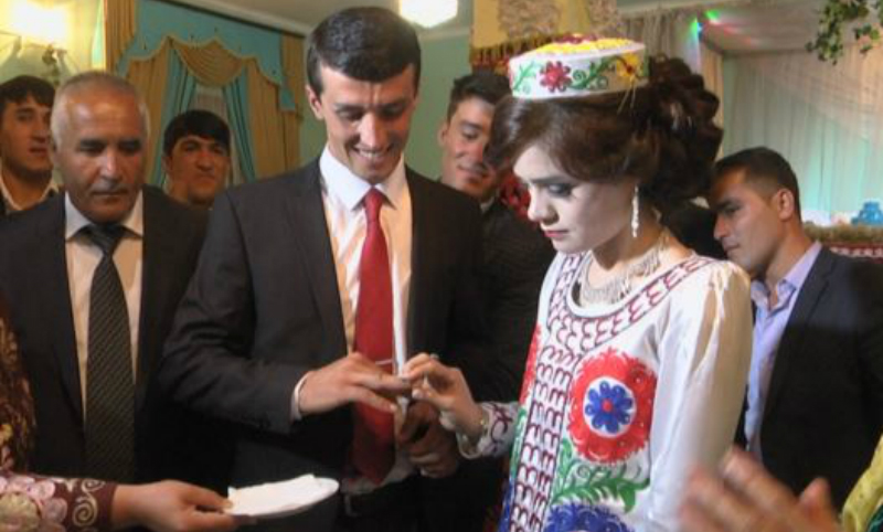 Медсестру выдали замуж за учителя по приказу президента Таджикистана