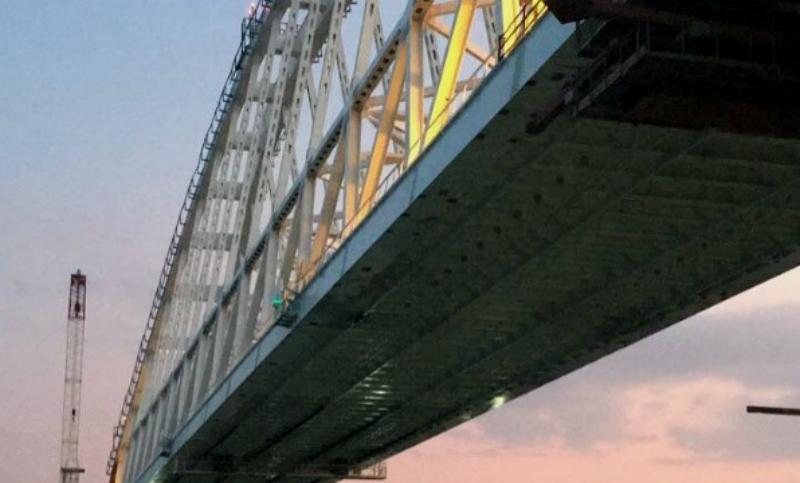Железнодорожную арку Крымского моста поставили на опоры