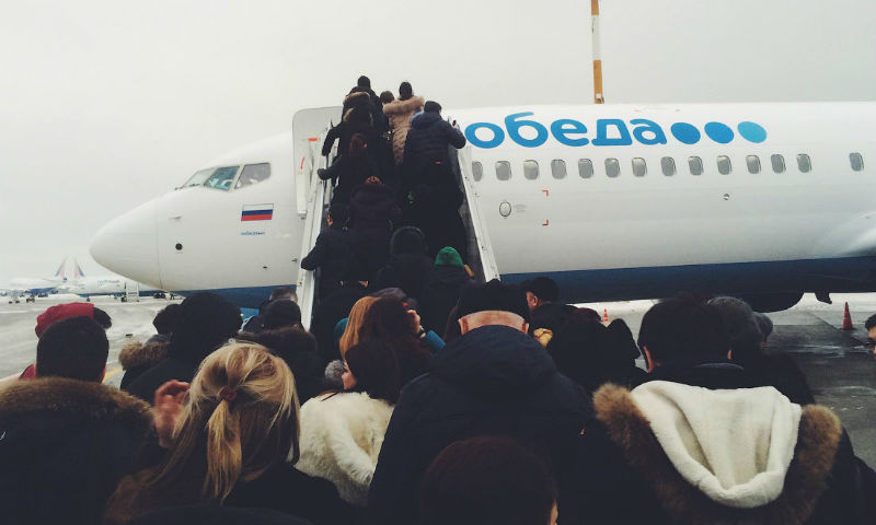 «Победа» высадила курящую пассажирку из самолета и требует с нее денег