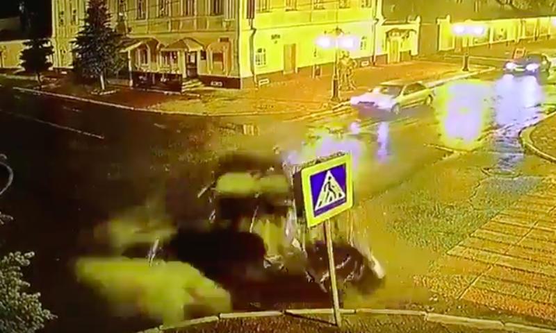 Жуткое ДТП на перекрестке сняли камеры наблюдения в Елабуге