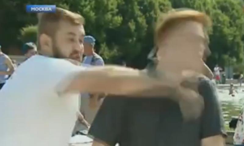 Журналиста НТВ избили в прямом эфире на праздновании Дня ВДВ