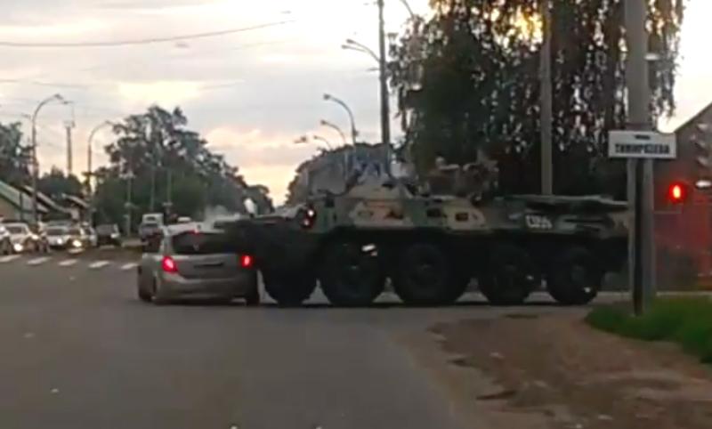 БТР врезался в легковой автомобиль на шоссе в Кемерове