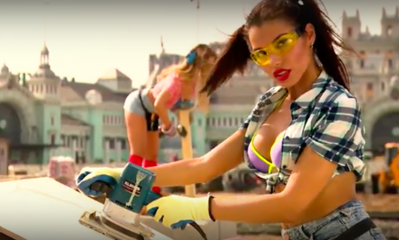 В поддержку ремонта в Москве сняли эротическое видео с фигуристыми девушками