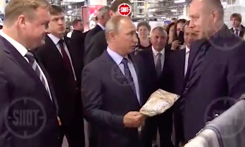 Путину подарили в Рязани футболку с Путиным