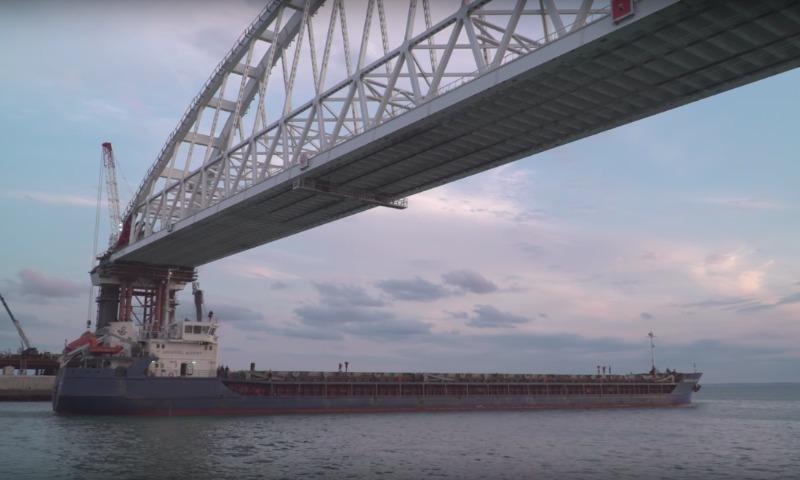 Опубликовано видео первого прохода судна под железнодорожной аркой моста в Крым