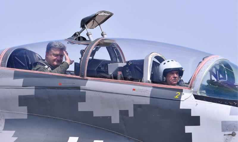 Тренировочный побег: Сеть посмеялась над полетом Порошенко в истребителе