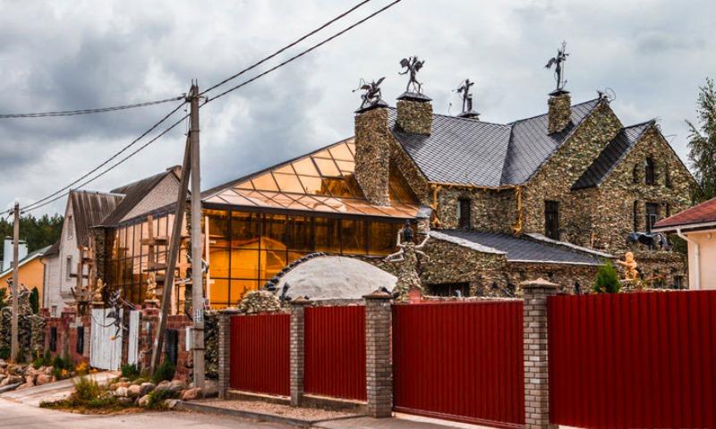 Черепа и черти: бизнесмен построил под Минском страшный дом для соседей