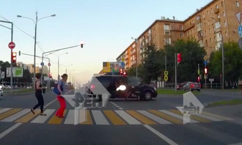 Байкер нашел смерть от удара в машину китайского посольства в Москве