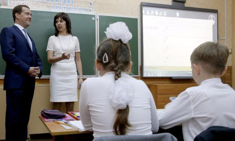 Медведев пообещал открыть до конца года рекордное число школ