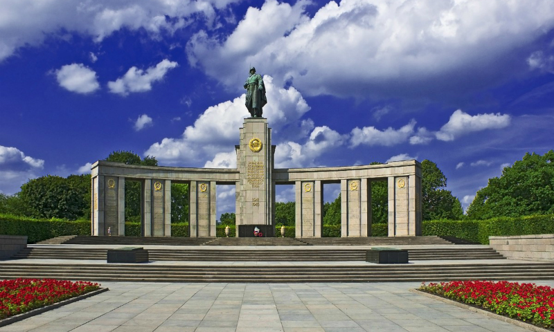 Современный последователь Гитлера помочился на памятник советским солдатам в Берлине