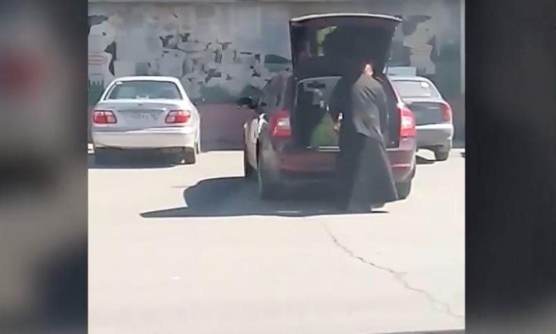 В Свердловской области священник возит ребенка в багажнике
