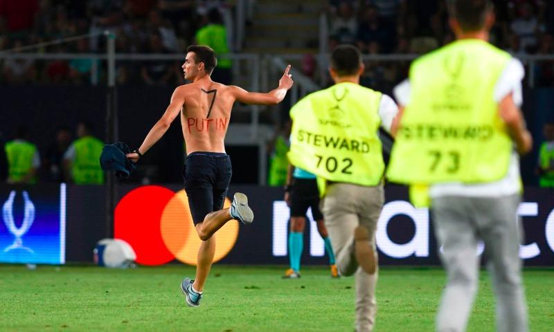 Выбежавший на поле в Скопье мужчина оказался фанатом Путина и Роналду