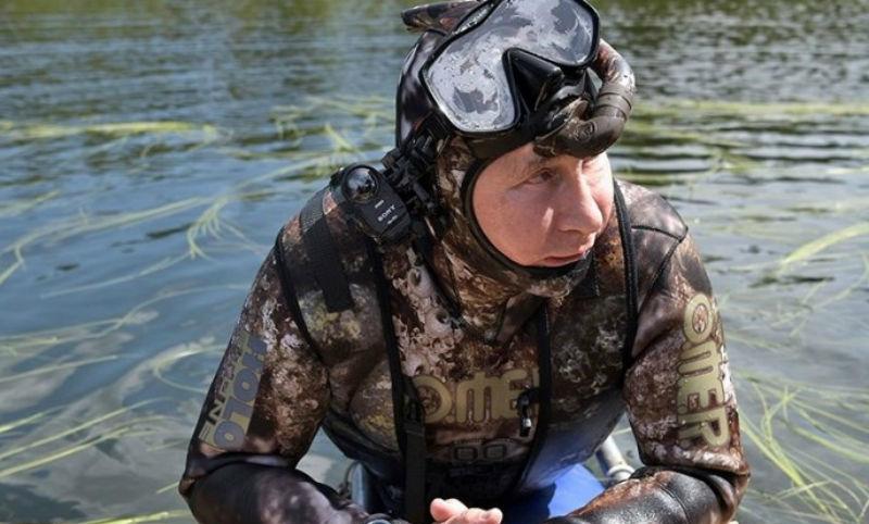 Опубликованы кадры подводной охоты Путина на щуку в Туве